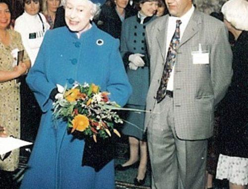 Fallece el homeópata de la reina Isabel II en un accidente de bicicleta.